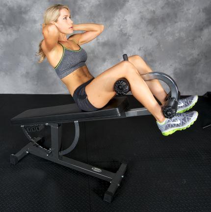 Kvinna tränar med crunch tillbehör på Super Bench Träningsbänk