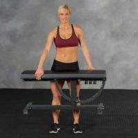 Kvinna bakom Ironmaster Super Bench Träningsbänk